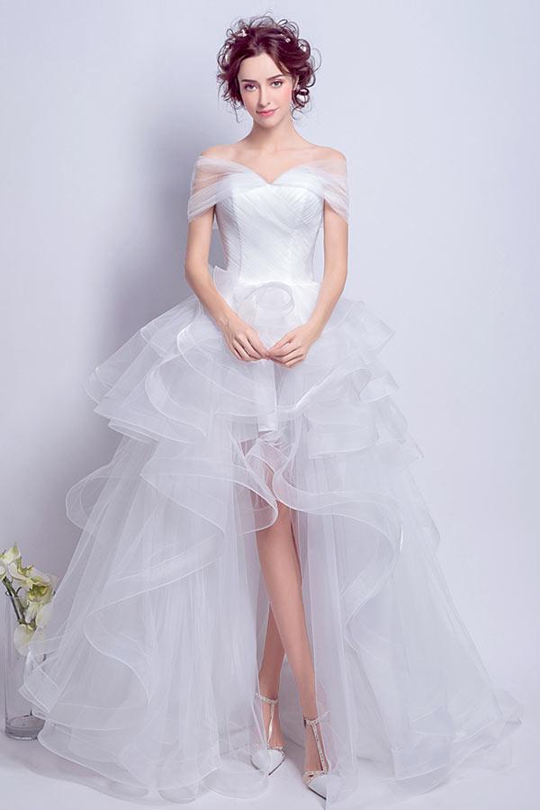 robe de mariée en tulle courte devant longue derrière épaule découverte